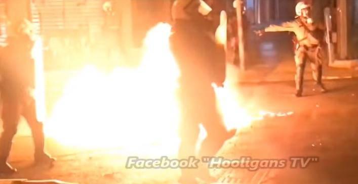 Šokantne snimke: Gori Atena! Policajce su htjeli žive zapaliti