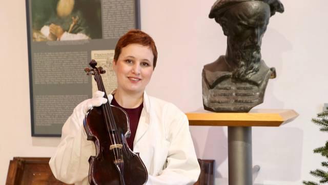 Split: Na Adventu u muzeju predstavljena najlakša violina na svijetu
