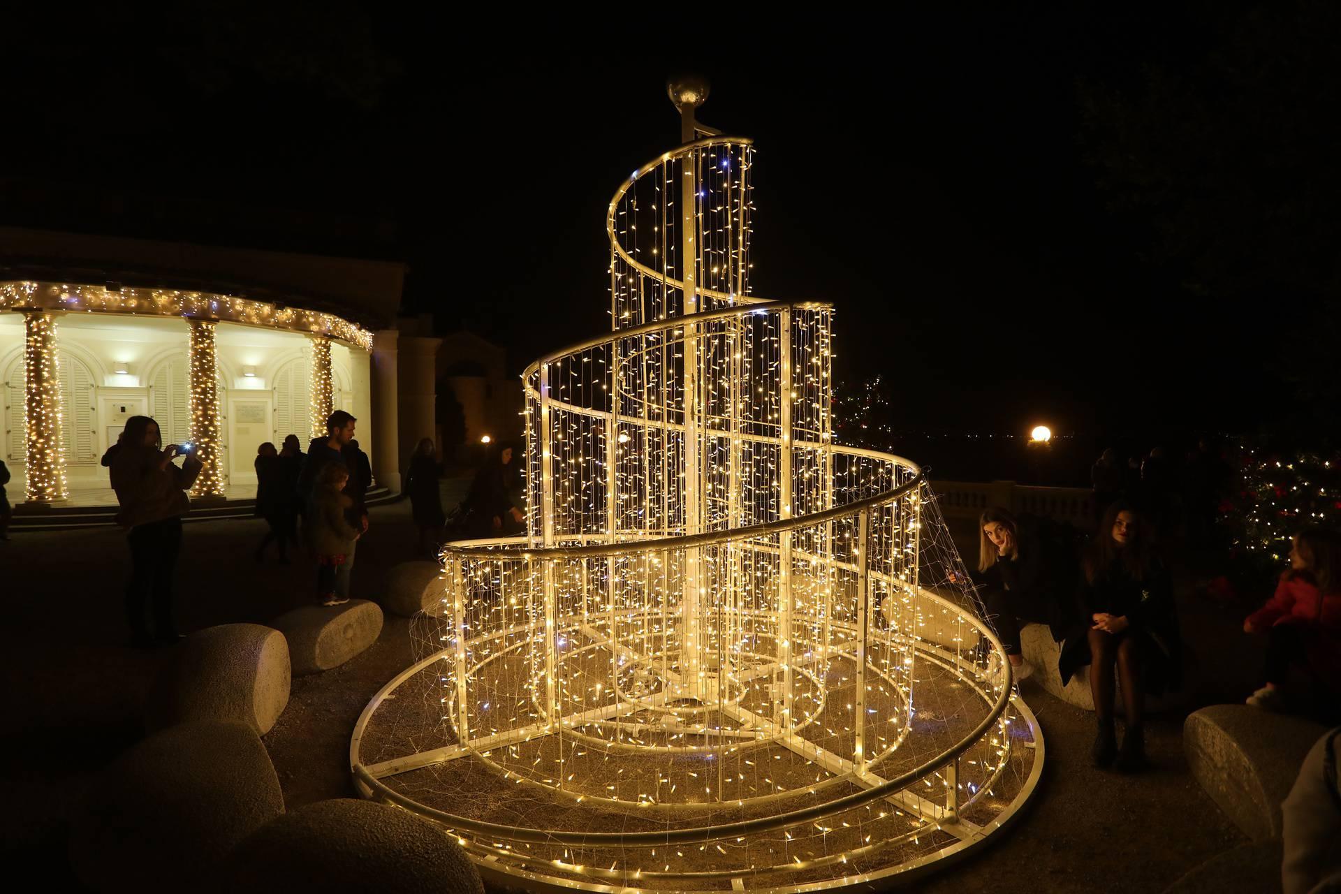 Opatijski Advent počeo paljenjem prve adventske svijeće i raskošne, nikad bogatije blagdanske rasvjete