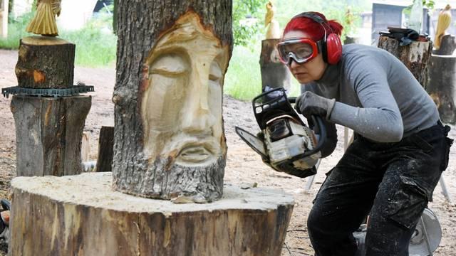 "Köhlerliesel"" as chainsaw artist"
