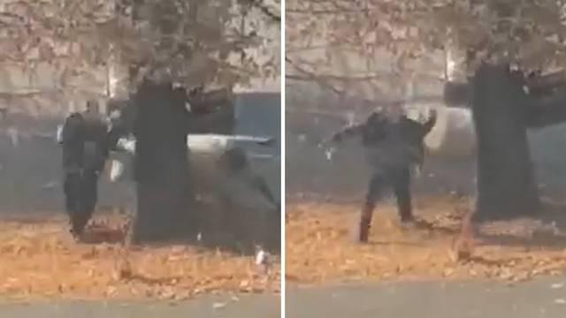 VIDEO Za dlaku! Bijeli bik usred Slatine umalo nabio čovjeka na rogove. Lovi ga policija u gradu