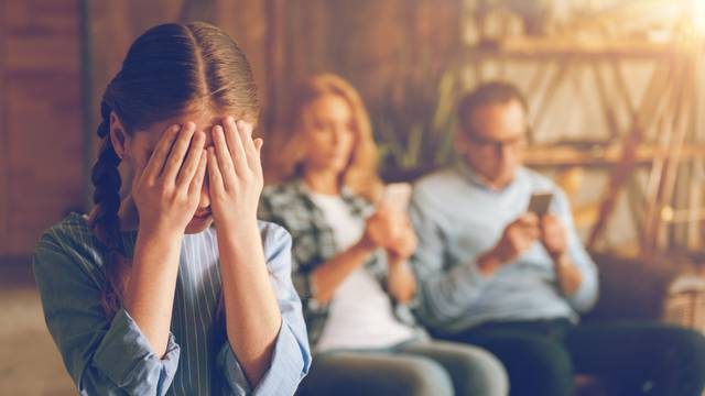 Niste loš roditelj ako često pred djecom koristite mobilni telefon