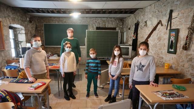 Pet učenika u Kokorićima: Naša škola je u kamenoj kući, lijepo nam je, odavde ne idemo!