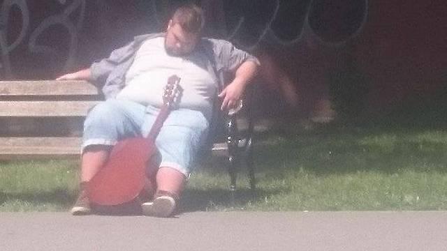 Pomozimo čovjeku u nevolji: 'Napio sam se i izgubio gitaru!'