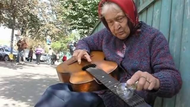 Bakica svira gitaru