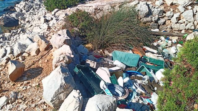 Umjesto da odmara, njemačka obitelj čistila plažu na Cresu...
