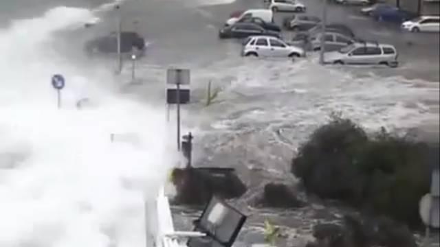 Nevrijeme i valovi u Rovinju: Uništeno 50 brodica i 150 auta