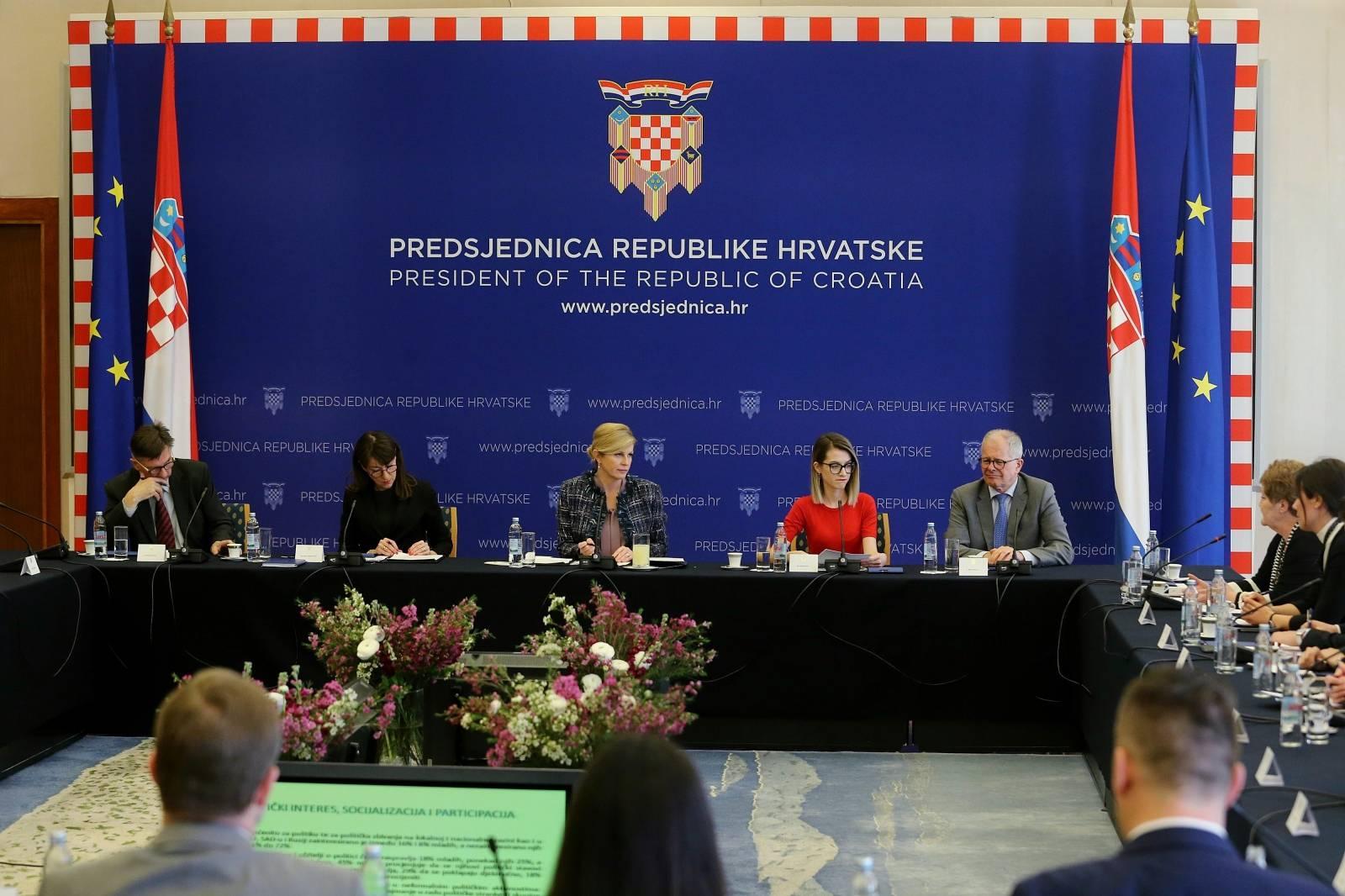 """Zagreb: Predsjednica održala okrugli stol """"Biti mlad, politički obrazovan i živjeti u Hrvatskoj"""""""