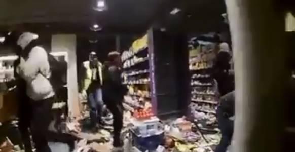 'Uzimaj, džabe je': Prosvjednici iz trgovine nose sve što mogu