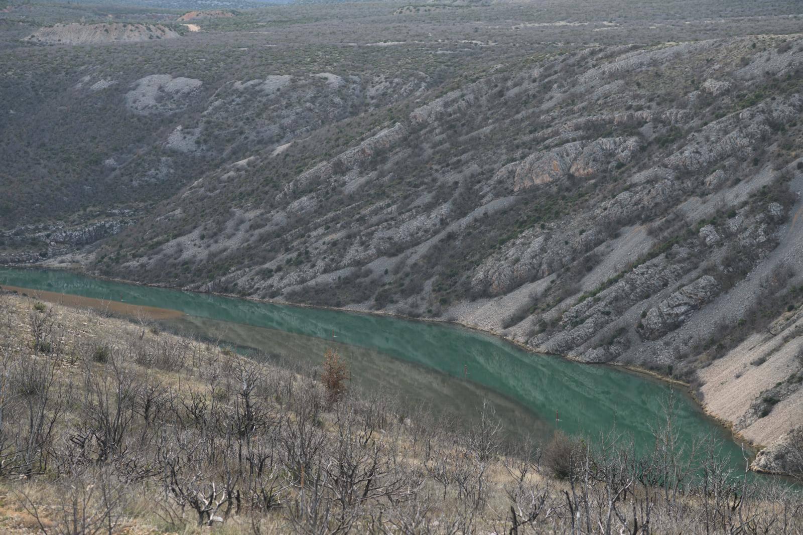 Obrovac: Mazut iz tvornice Glinice izlio se u rijeku Zrmanju