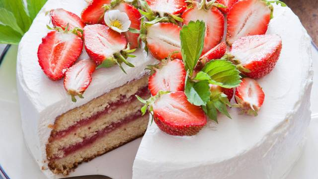 Prefina torta od jagoda idealno je osvježenje za ove vruće dane