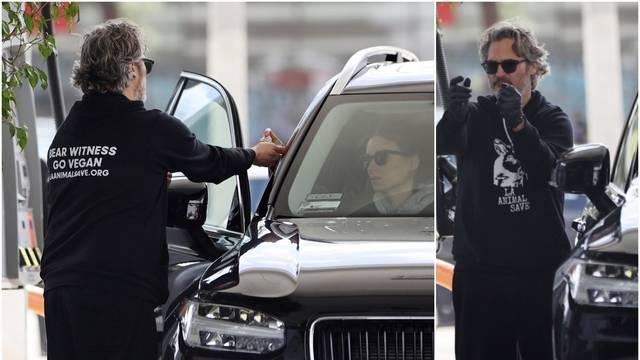 Joaquin se štiti: Točio gorivo u rukavicama i dezinficirao ruke
