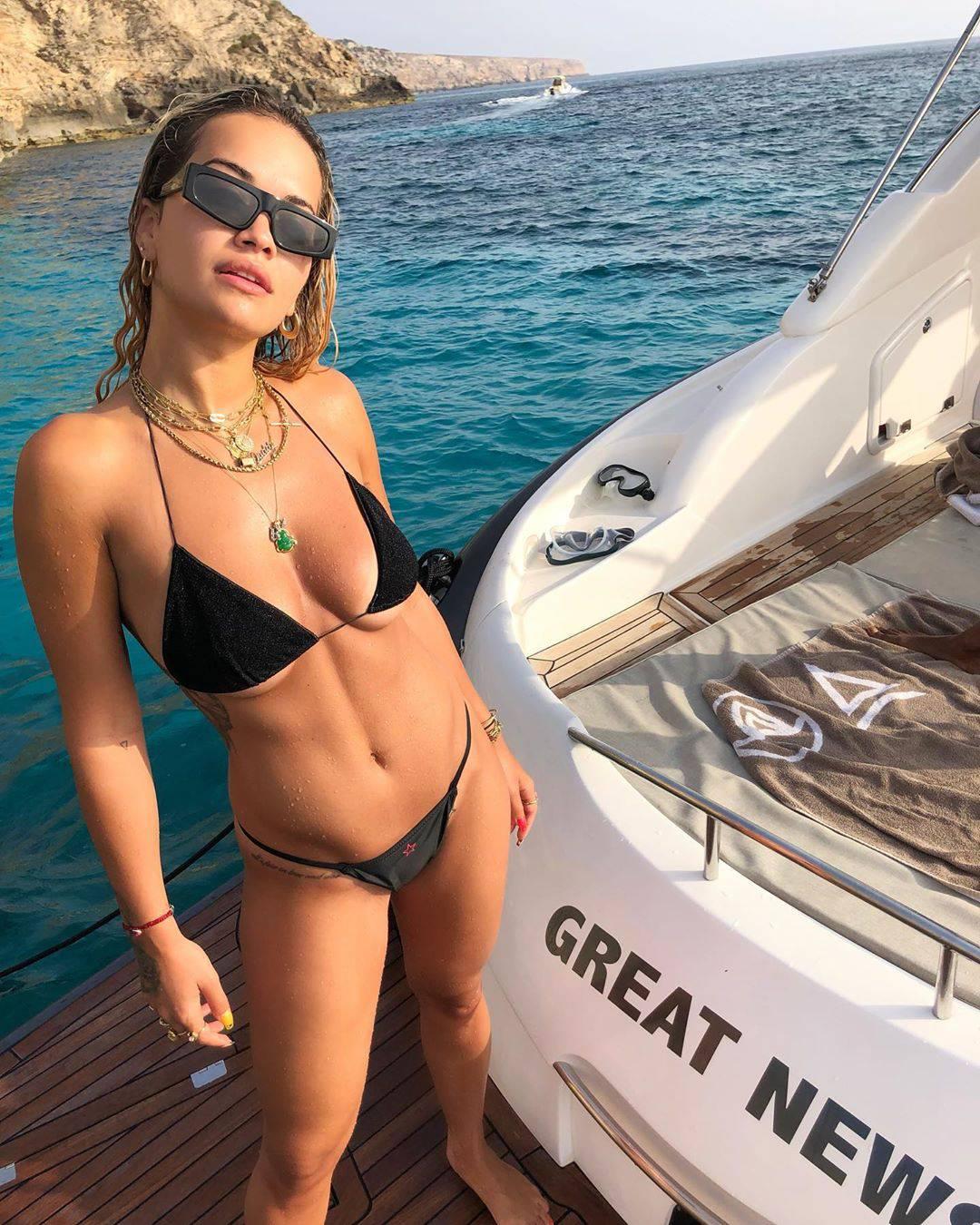 Rita Ora spremna je za Jadran, u premalom badiću 'hvata' boju