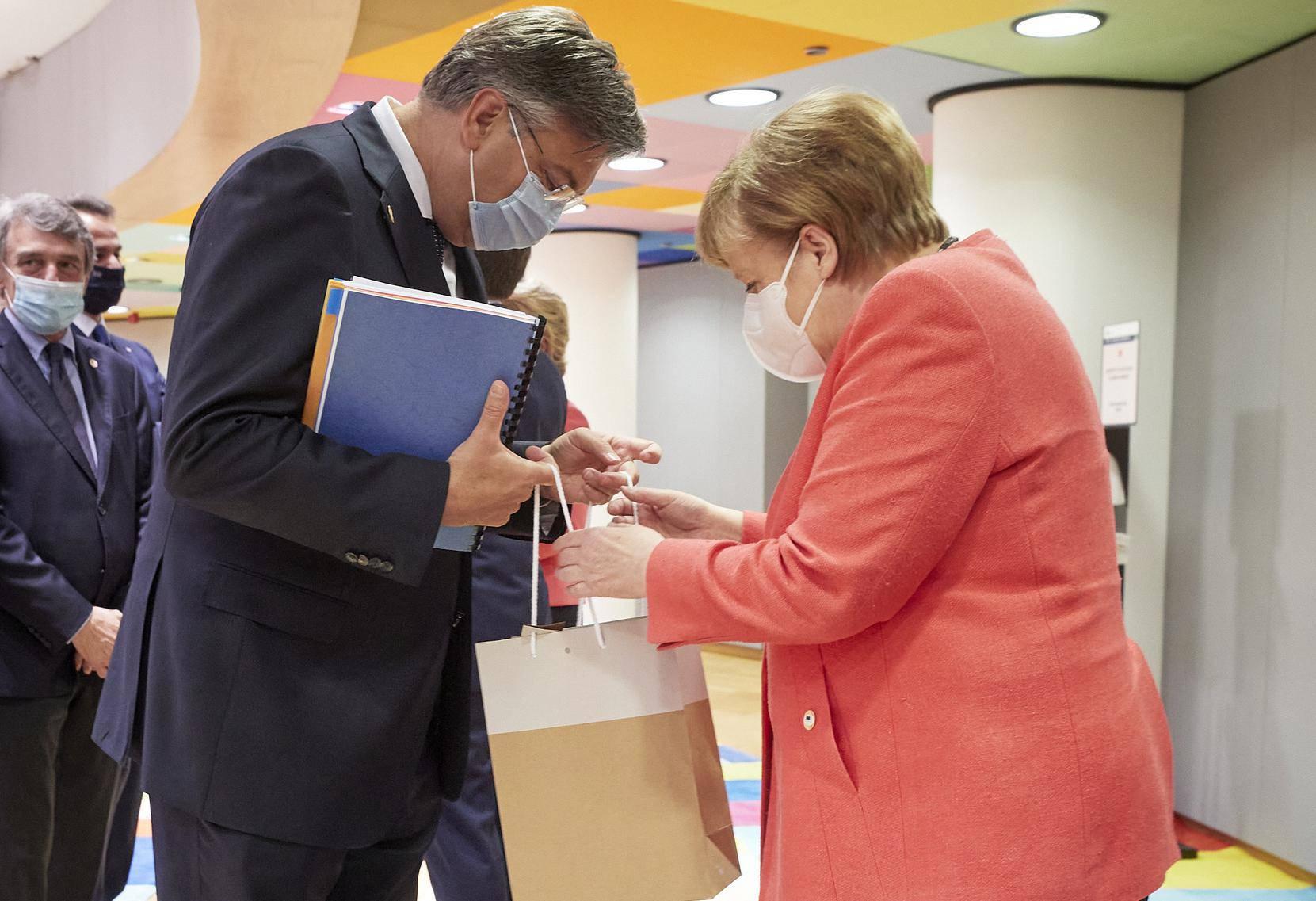 Vrećica puna darova za Merkel: Plenki joj za rođendan darovao penkalu, maramu i mužar