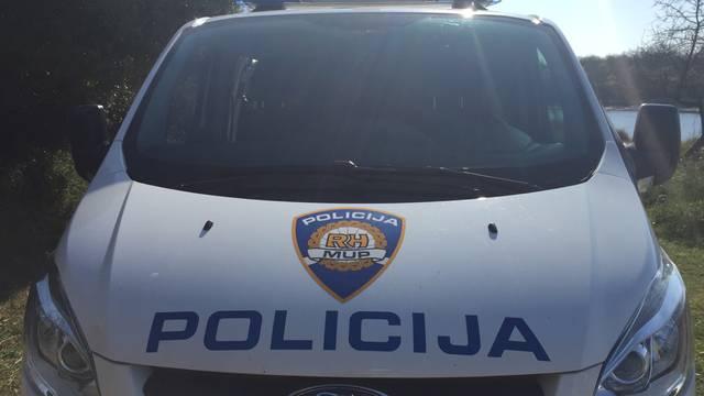 Prilikom privođenja makarsku policajku udario nogom u glavu