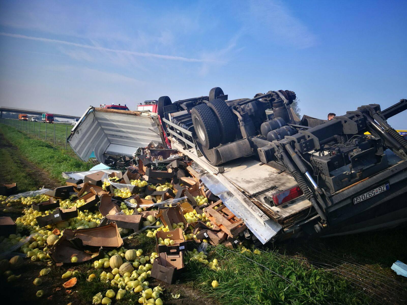 Vozač ozlijeđen: Sletio s ceste, iz kamiona ispalo voće i povrće