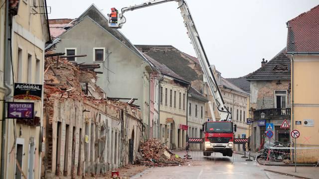 Vatrogasci uz pomoć dizalice nastavljaju sanaciju potresom uništenih zgrada u centru Petrinje