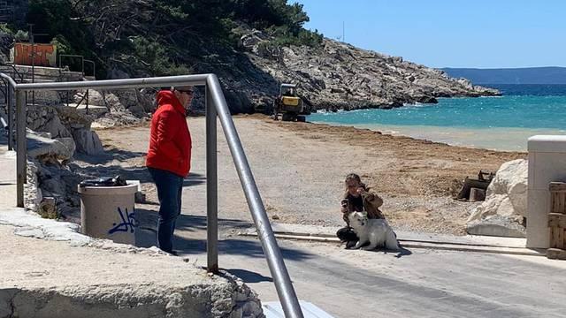 'Ovo je otpor prema divljanju!' Djevojka i pas blokirali su  put kamionima na makarskoj plaži