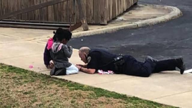 Policajac legao na cestu i igrao se lutkama da smiri djevojčice
