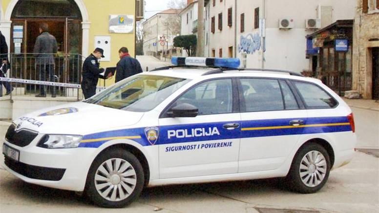 Policajci jurili na očevid  kod Pule, pa autom izletjeli s ceste