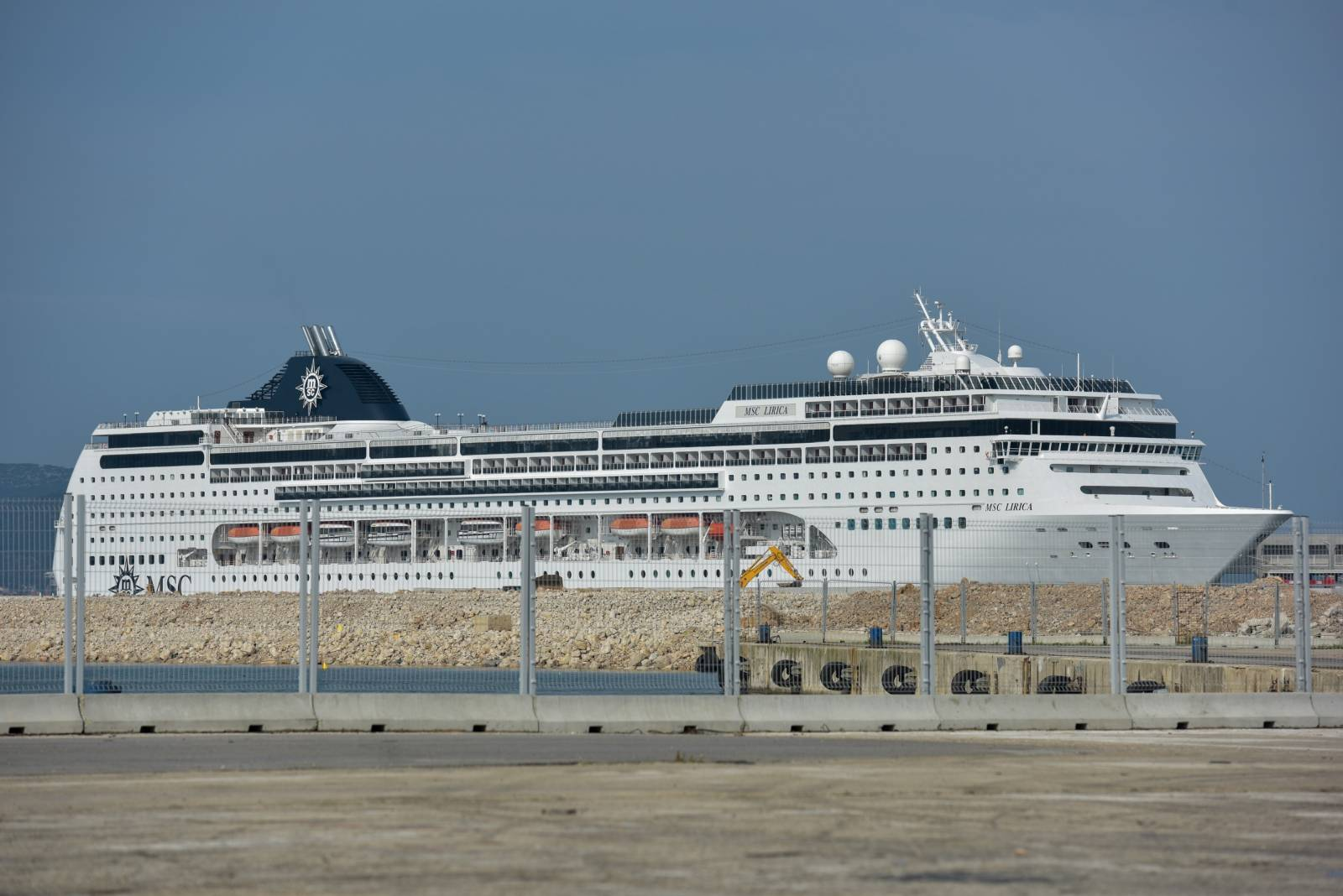 Zadar: Kruzer MSC Lirica dugačak 275 metara pristao u luku Gaženica