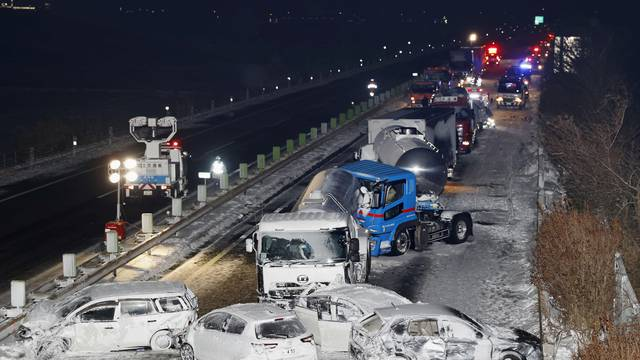 Series of car crashes when snow storm struck on the Tohoku Expressway in Osaki