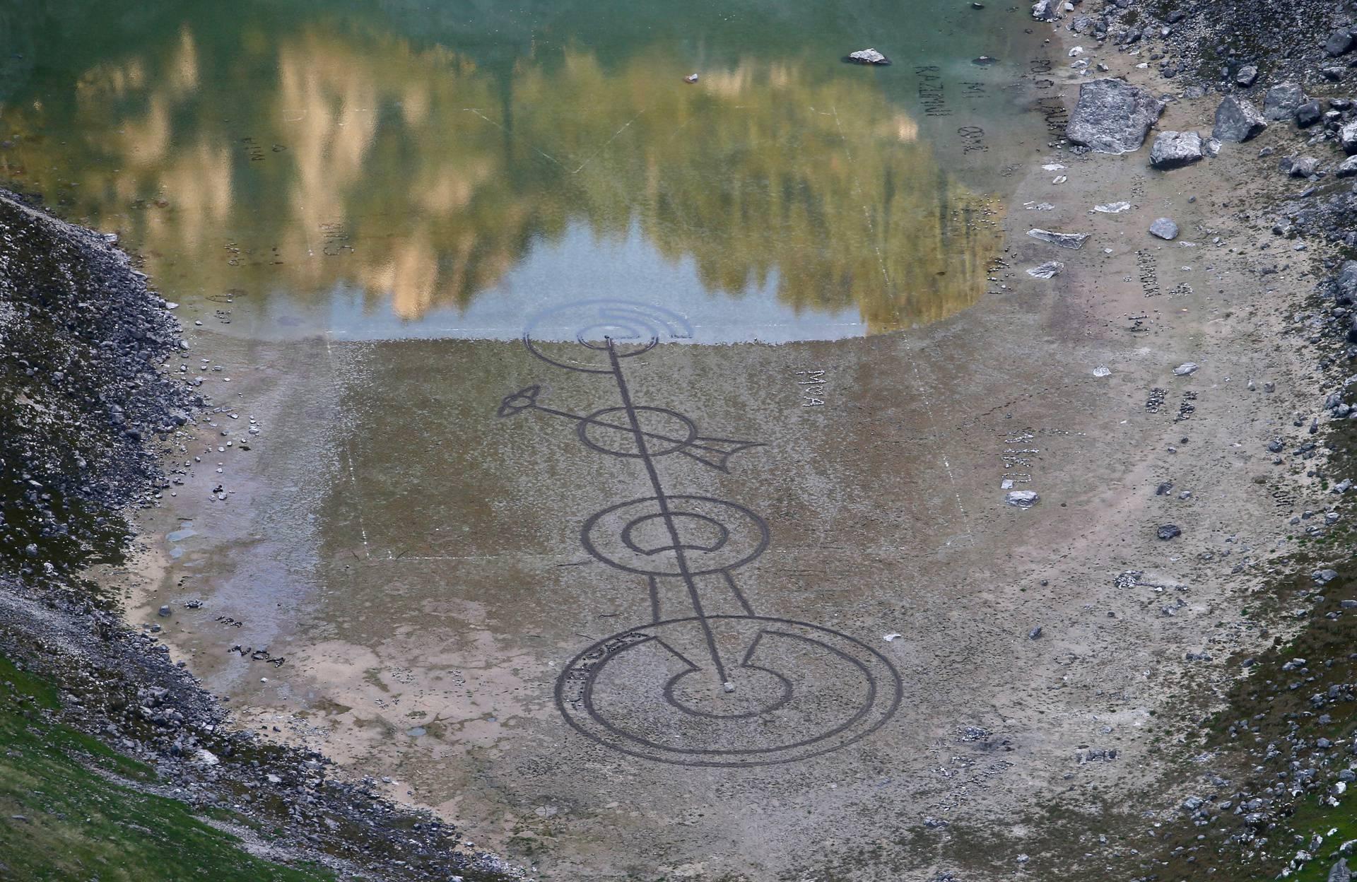 Imotski: Ocrtani krugovi na dnu Modrog jezera