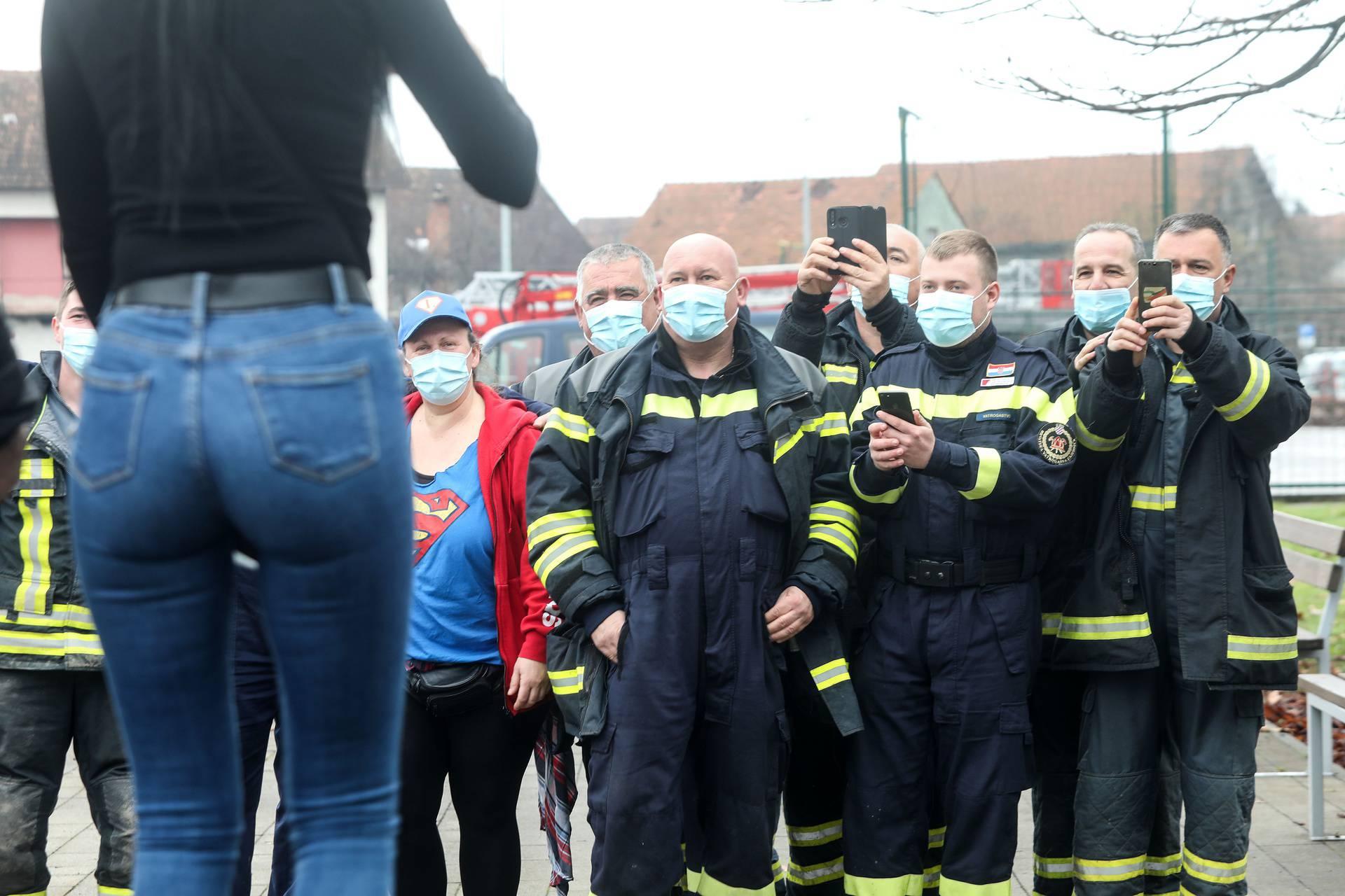Glina: Čekajuči red za šišanje, vatrogasci se zabavljali u društvu zgodne frizerke