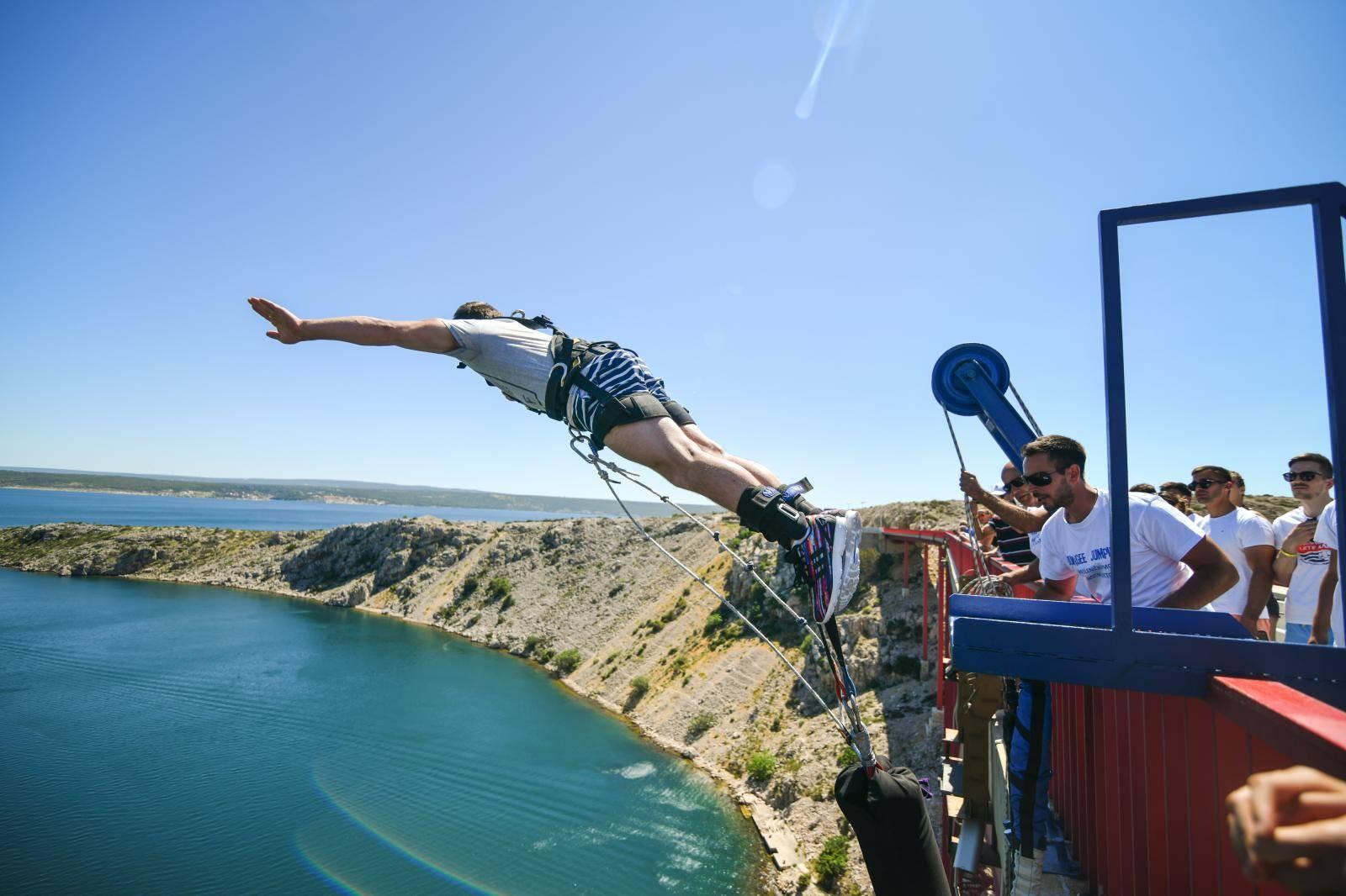 Leti, leti Tin! Srbić i missice skočili su s Masleničkog mosta