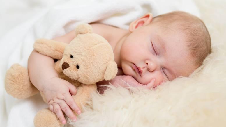 Zašto mi je beba puna dlaka i akni te spava otvorenih očiju?
