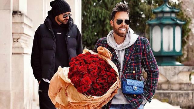 Grubnić dobio 150 ruža, gradom 'prošetao' brendirane krpice