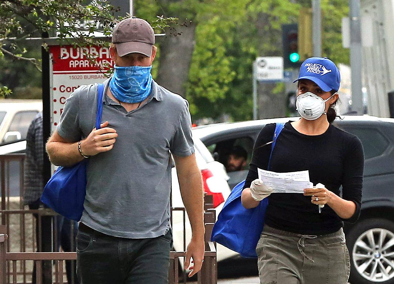 *PREMIUM EXCLUSIVE STRICTLY NO WEB UNTIL 1300 EDT 19TH APR* Prince Harry and Meghan Markle are seen in LA wearing masks as they deliver meals to residents in need during the COVID-19 pandemic.