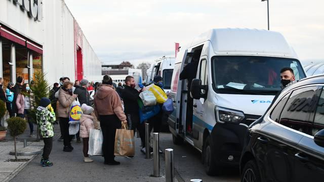 Res lepo od vas sosedi: Slovenci poslali 15 kombija s donacijama