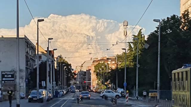 Bijeli oblak nadvio se nad Zagrebom. Na društvenim mrežama se šalili: 'Stigao NLO'