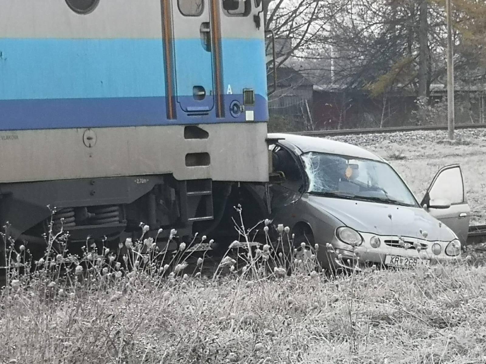 Vlak udario auto: Vozač loše procijenio i završio u bolnici