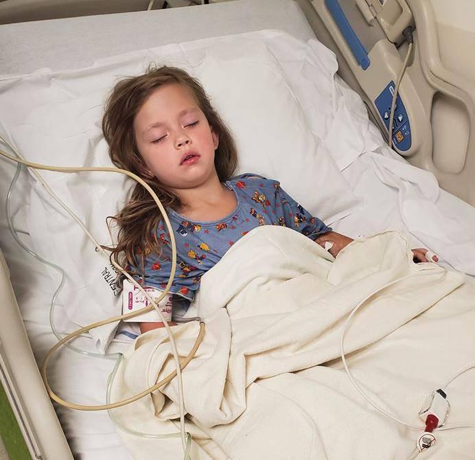 Curica pala na četkicu za zube, zabila joj se u grlo i probila ga