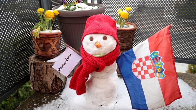 Zagreb: Snjegović u samoizolaciji balkonu s porukom da ostanemo doma