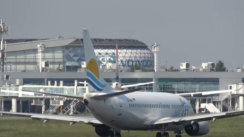 Zrakoplov  sa 80 turista  hitno je sletio u Beograd zbog velikog kvara: Počelo mu i gorivo curiti