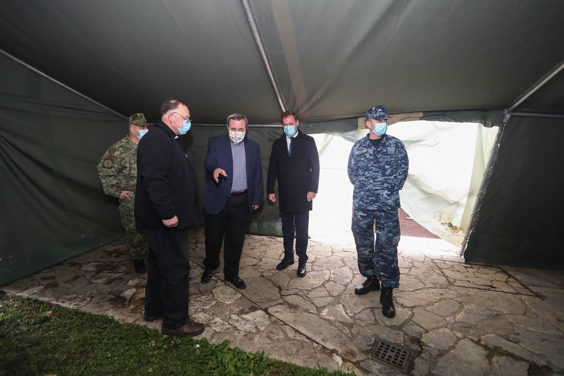 Zagreb: Banožić i Hranj posjetili vojnike koji postavljaju šatore ispred crkve u Plamotićevoj