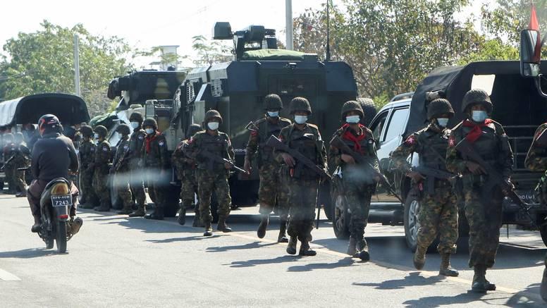 Na ulicama Mjanmara je  kaos:  Vojska i  oklopna borbena vozila raspoređuju se po gradovima