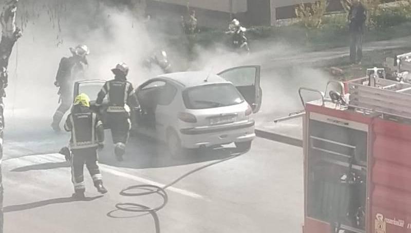Autombil se zapalio na Knežiji, vozač uspio izaći na vrijeme