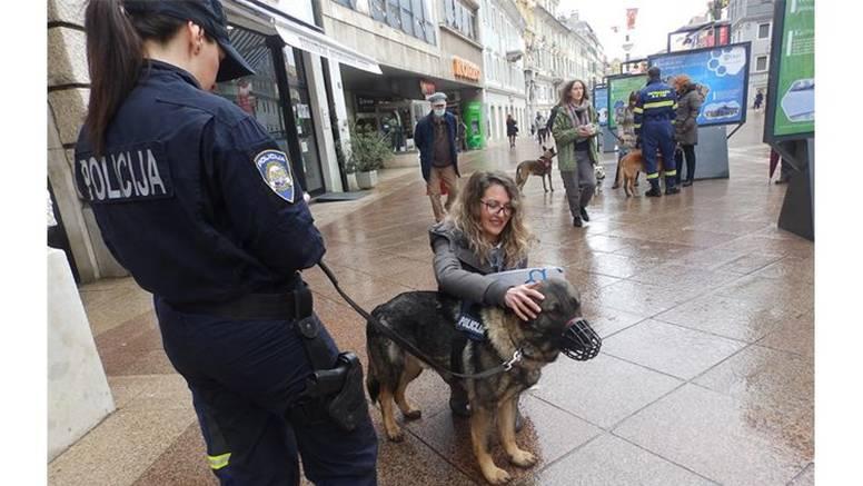 """Policijski psi As i Kastro na izložbi fotografija """"Šapice na zadatku"""" u centru grada Rijeke"""