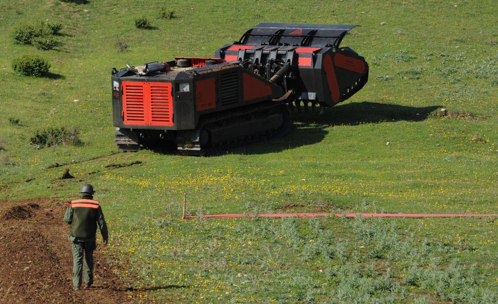 'Strojem je povukao žicu pa je mina eksplodirala pored njega'