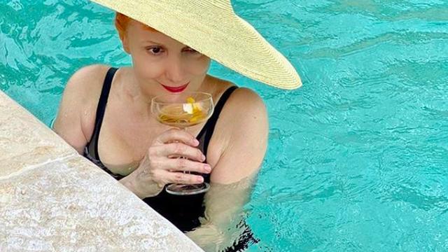 Lisac oduševila: U 71. godini i s čašom u ruci pozirala  u bazenu
