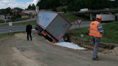 Opal je v rupu: 'Vozač je stajao uz kamion, držao se za glavu'
