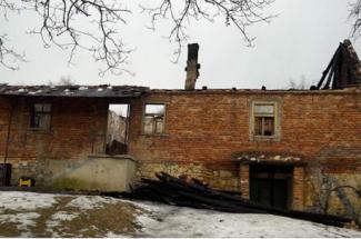 Sušili meso na tavanu pa izbio požar koji im je progutao kuću
