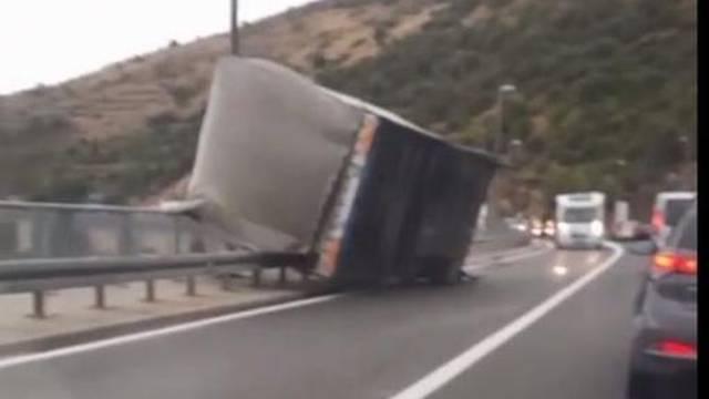 Šokantna snimka: Vjetar odnio prikolicu s dubrovačkog mosta!