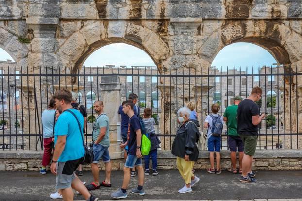 Turisti nakon kiše u Puli napustili plaže i krenuli u obilazak znamenitosti