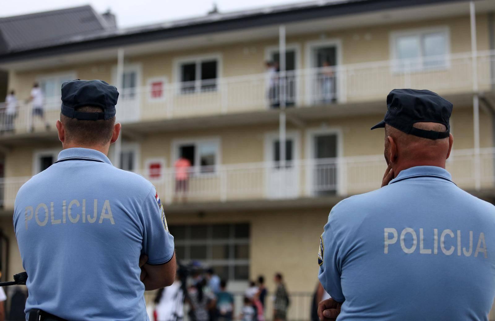 Stanovnike deložiraju: 'Ovo je koncentracijski logor za Rome'