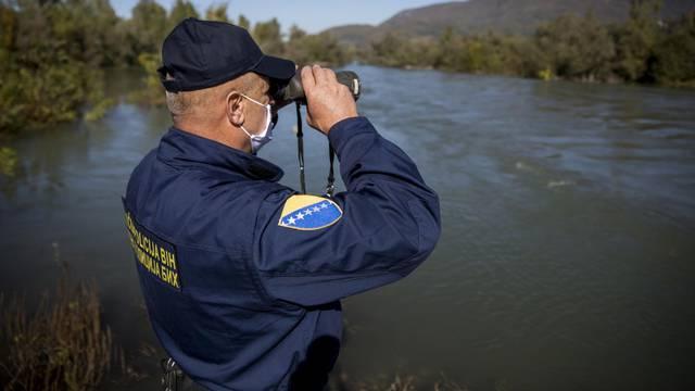 Patrola s graničnom policijom BiH u Zvorniku, mjestu na kojem preko Drine ulazi najviše migranata